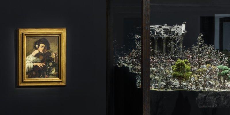 """Caravaggio e Chapman. """"Sanguine. Luc Tuymans on Baroque"""". Foto: Delfino Sisto Legnani e Marco Cappelletti. Courtesy: Fondazione Prada"""