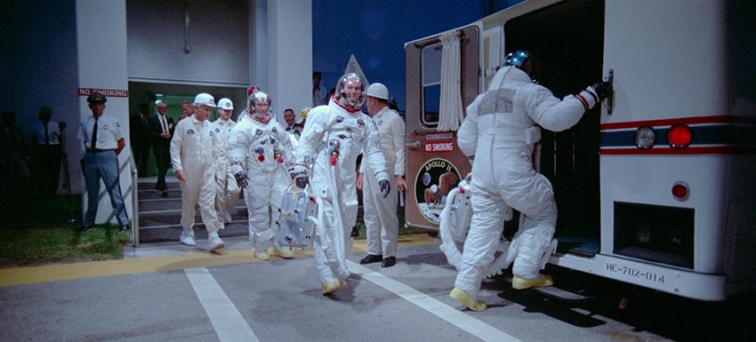 Astronauti dell'apollo 11 salgono sul bus che li porta alla piattaforma