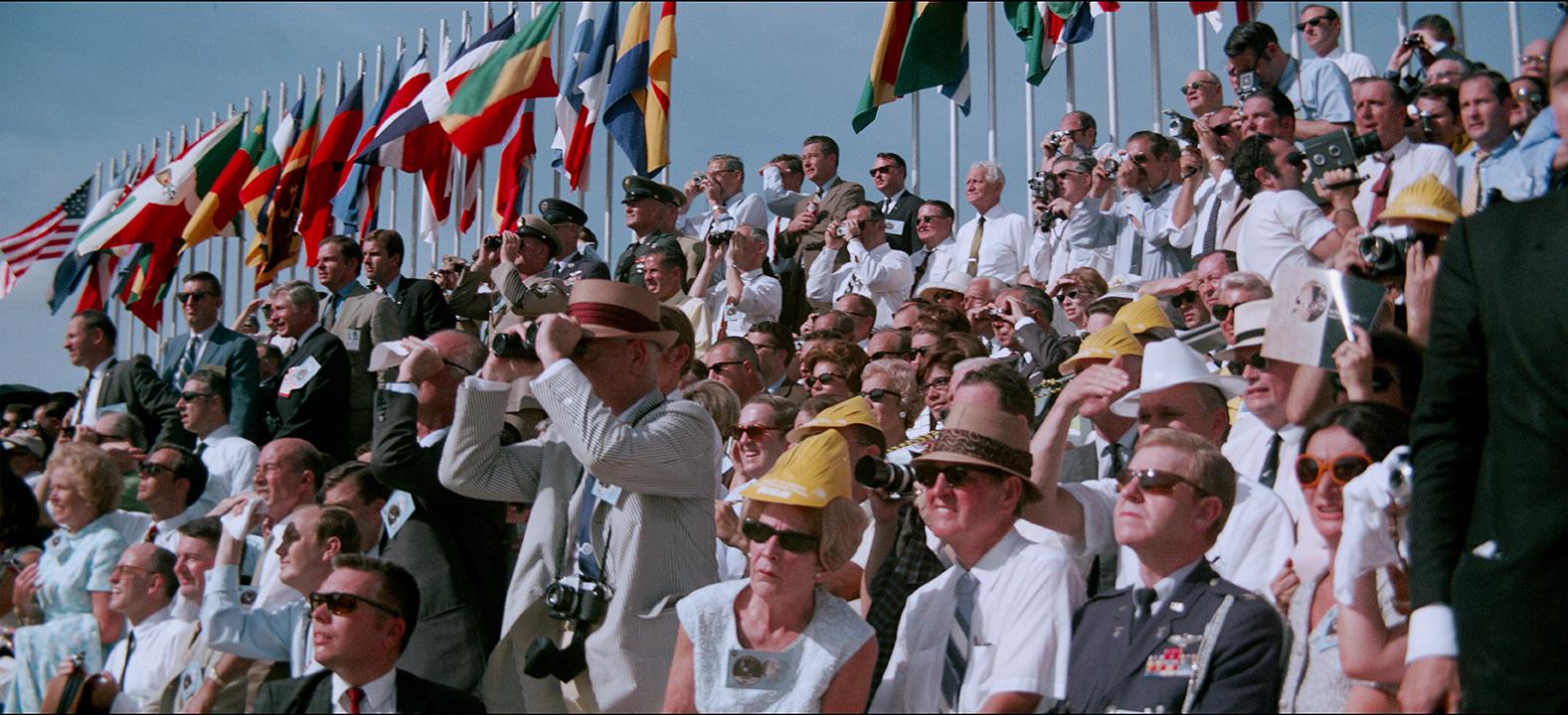 Persone aspettano la partenza della missione Apollo 11