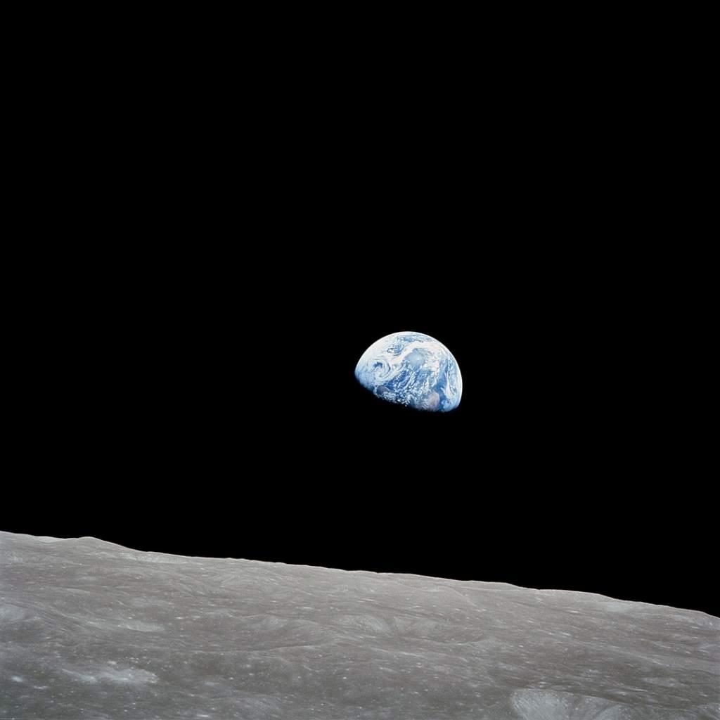 fotografia colori, pianeta terra fotografato dalla luna sfondo spazio nero