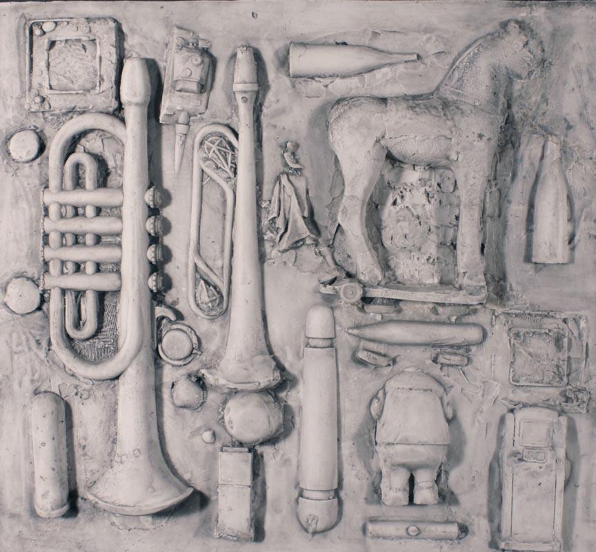 opera arte moderna pannello in gomma bianca calco vecchi giocattoli trombette pupazzi