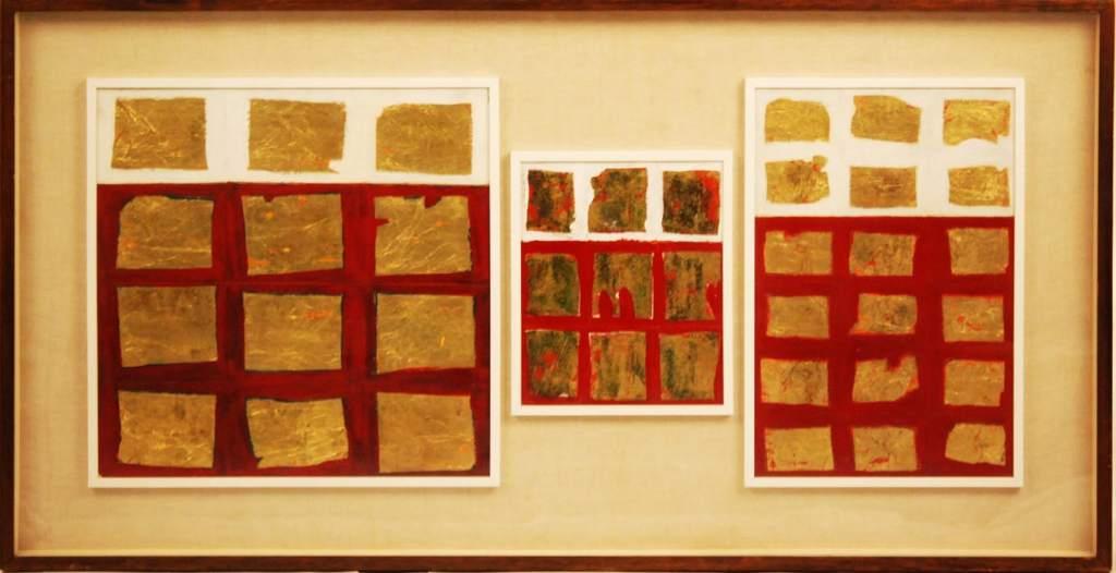 opera d'arte moderna astratta tre tele bianco rosso con quadrati foglia d'oro