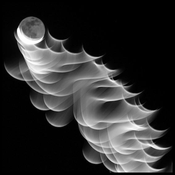 opera d'arte fotografia bianco nero, cielo nero con luna in movimento