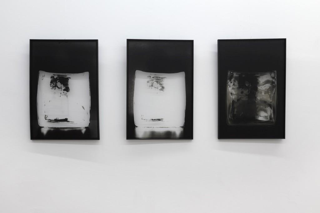 """fotografia, interno, parete bianca, esposte tre fotografie bianco e nero, mostra """"ab - L'Essenza dell'Assenza"""""""