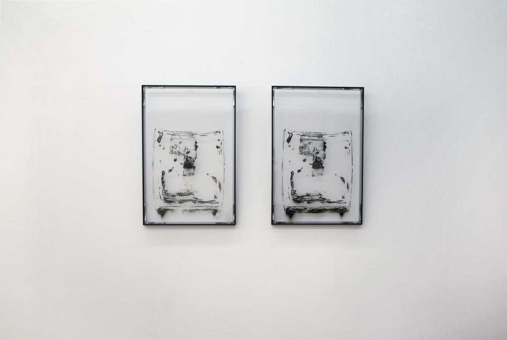 """fotografia, interno, parete bianca, esposte due fotografie bianco e nero, mostra """"ab - L'Essenza dell'Assenza"""""""