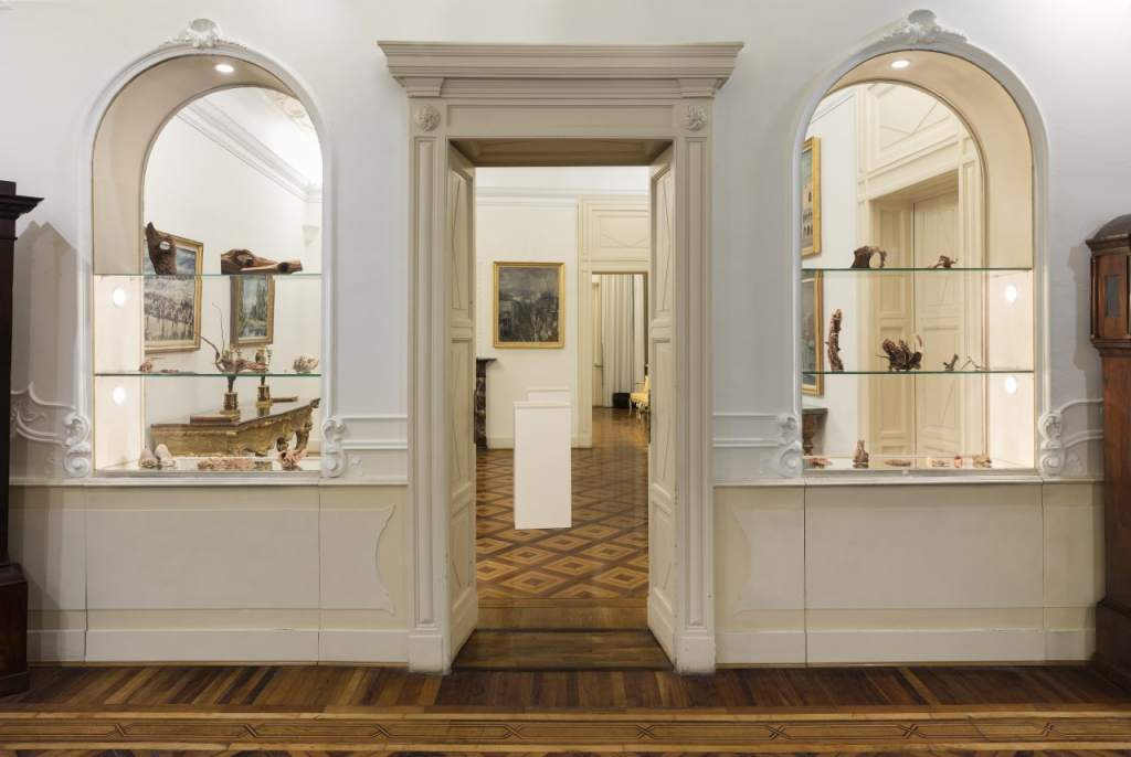 fotografia, colori, interno, pareti bianche, pavimenti legno, vetrine con oggetti, Fondazione Adolfo Pini Milano