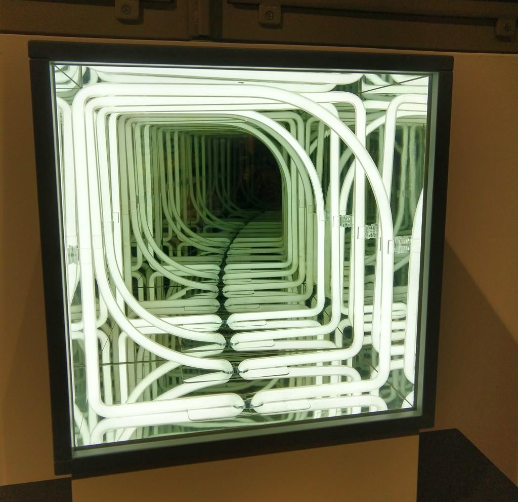 Fotografia colori, opera arte contemporanea Paolo Scirpa, scatola con tubi al neon bianco e specchi