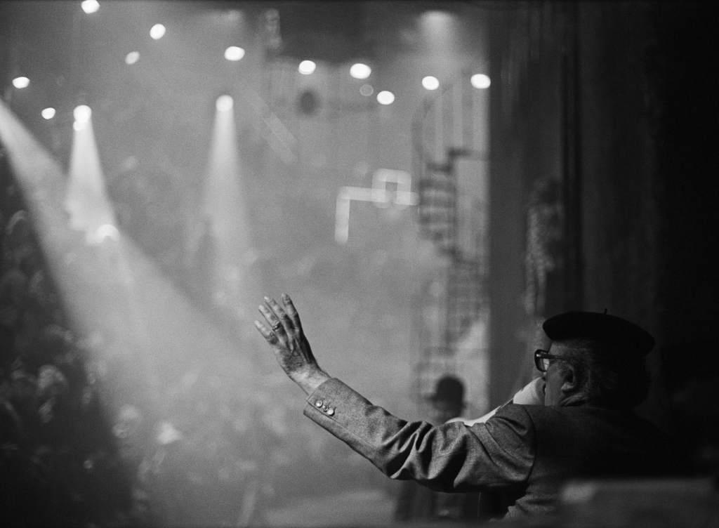 Federico Fellini lors du tournage de _La Città delle Donne_, Cinecittà, Rome