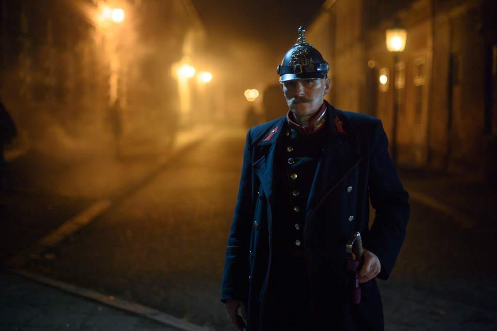 Georg Friedrichnel ruolo di Alfred Kiss nella serie televisiva Netflix Freud