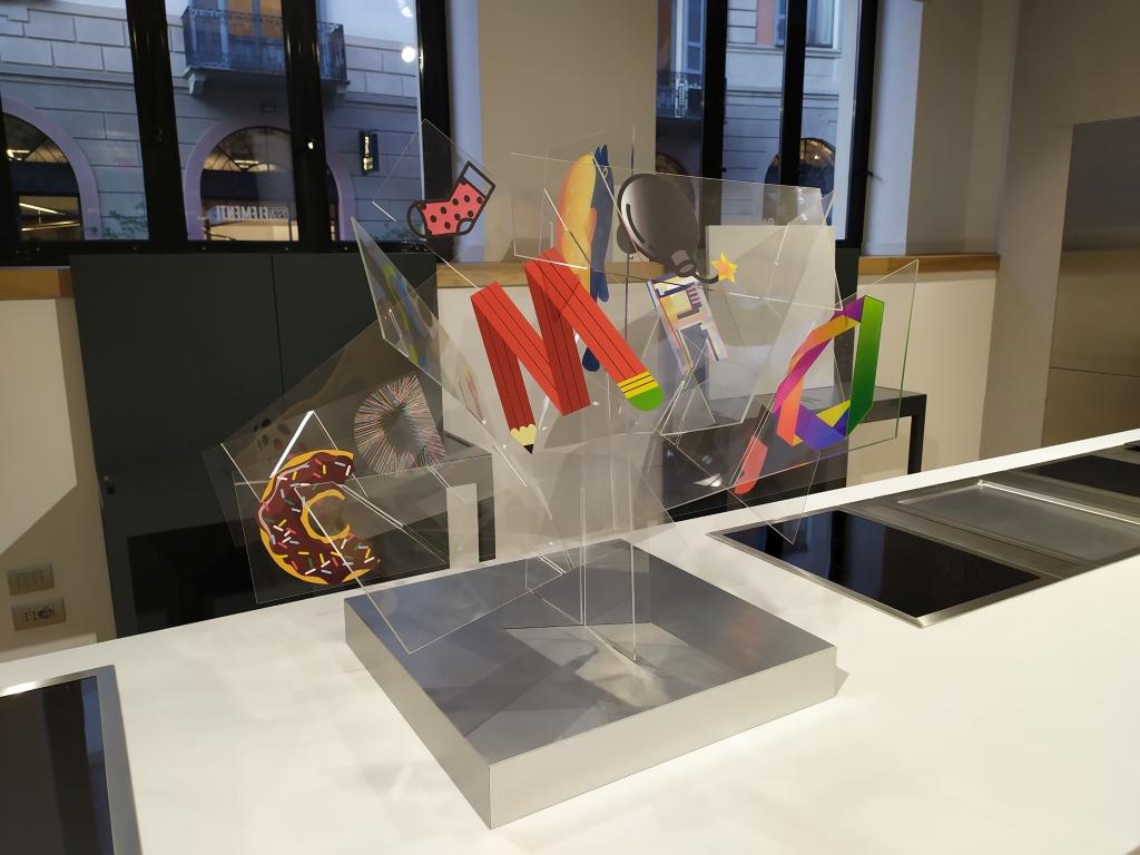 fotografia, interno, colori, opera d'arte in plexiglas trasparente con stampati loghi e icone colorati