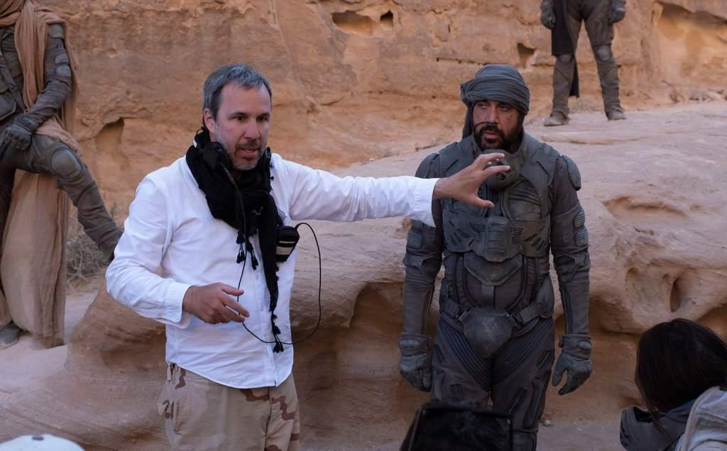 Il regista Denis Villeneuve con Javier Bardem sul set di Dune