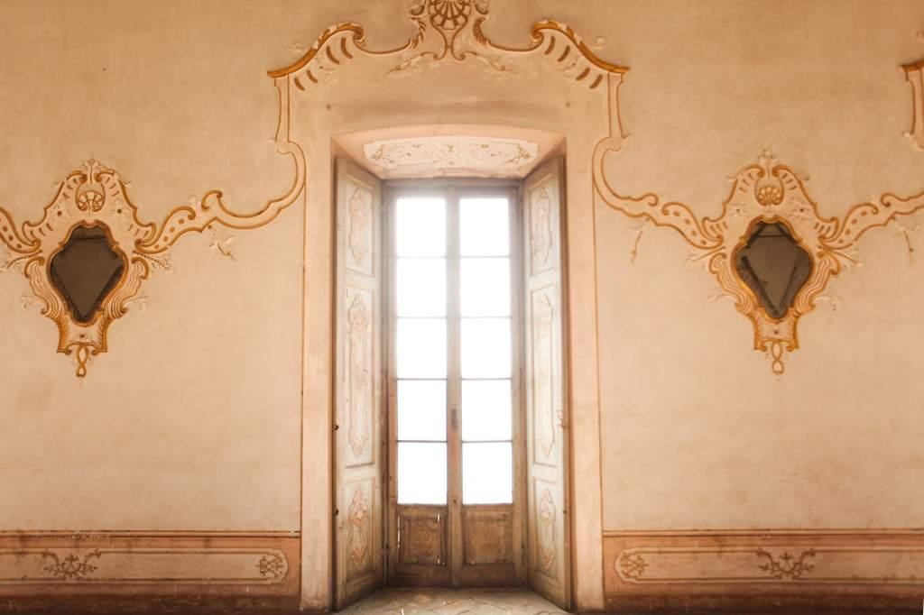 sala da ballo con specchi