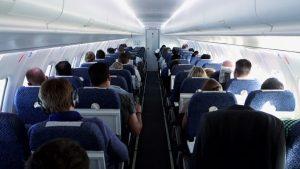 interno cabina di un aereo vista dal fondo