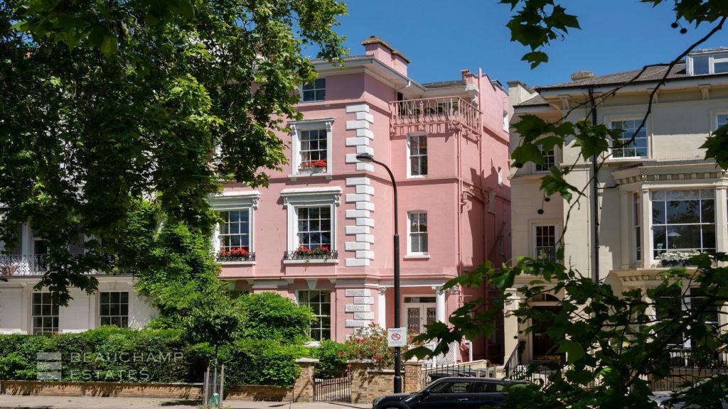 facciata della casa rosa a Londra con le grandi finestre