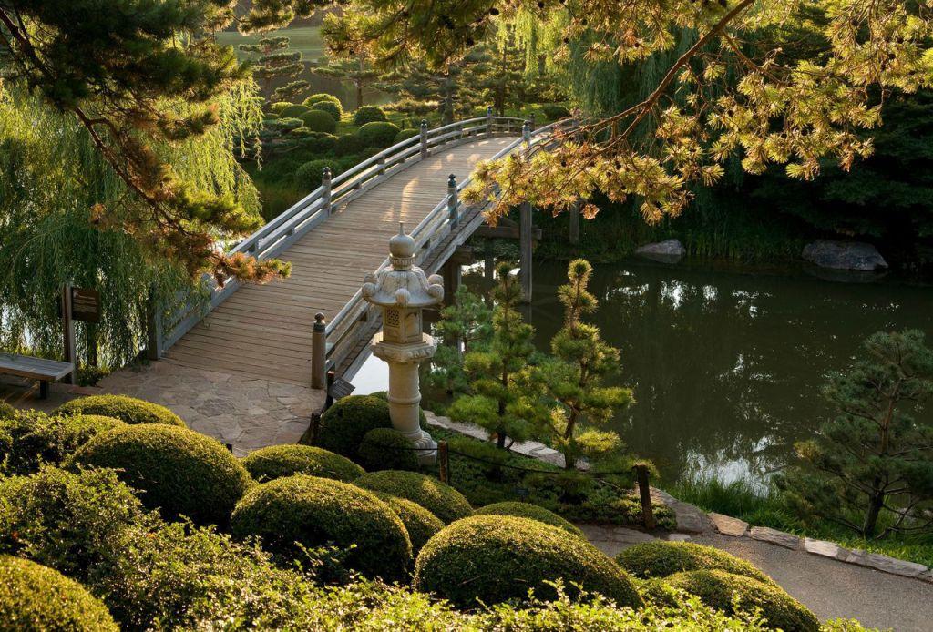 vista dall'alto di un giardino in stile giapponese con il tipico ponte sul fiume