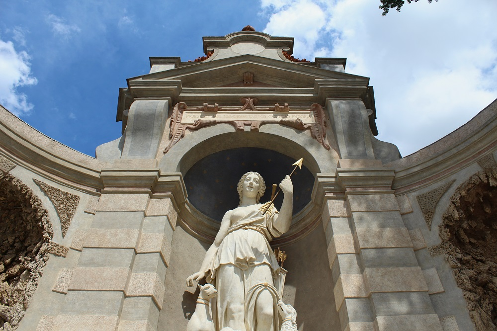vista dal basso sulla statua della dea diana