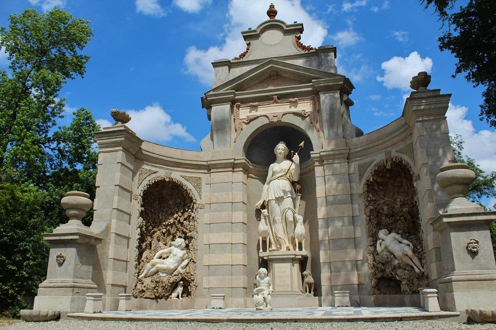 vista frontale del teatro di diana la grande struttura nel parco di Villa Arconati