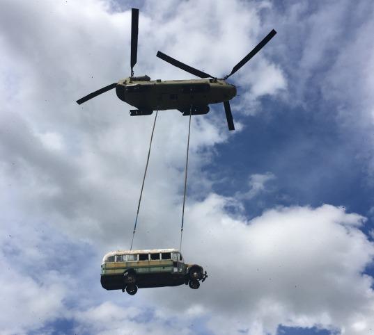 Elicottero trasporta il bus di Into_the_Wild