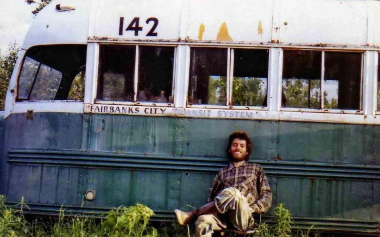 Christopher McCandless in foto davanti al bus di Into the wild