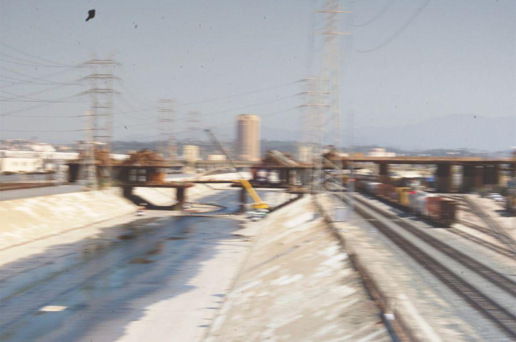 frame di opera di videoarte di Isaac Michael Ybarra, paesaggio industriale sfocato, mostra at the Edge of Chaos