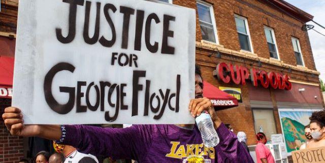 cartello con scritto giustizia per George Floyd