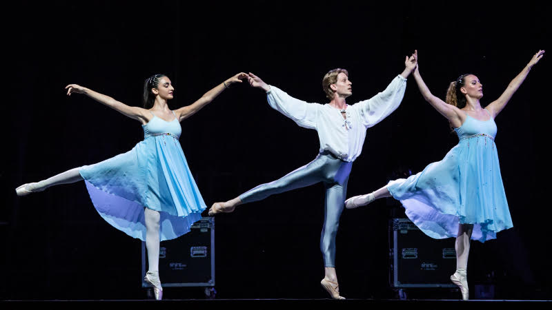 Tre ballerini classici, uomo al centro due donne ai lati