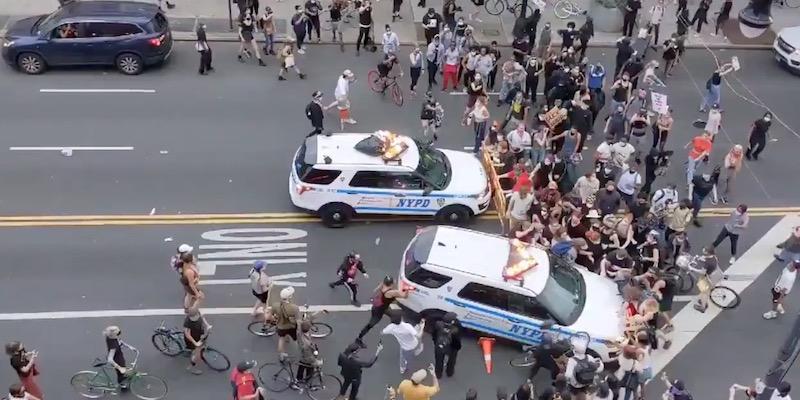due macchine della polizia si scagliano conto i manifestanti a new york per le proteste contro il razzismo
