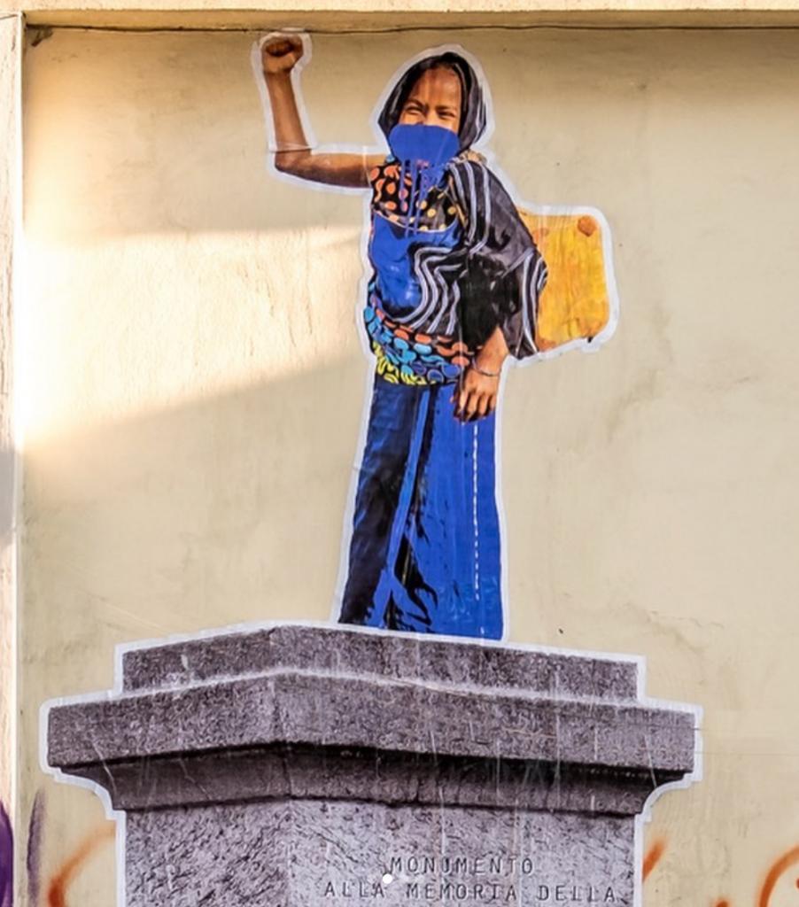 Fatima-Destà, vestita in abiti sgargianti mentre porta al villaggio dell'acqua potabile nella sua grossa tanica gialla