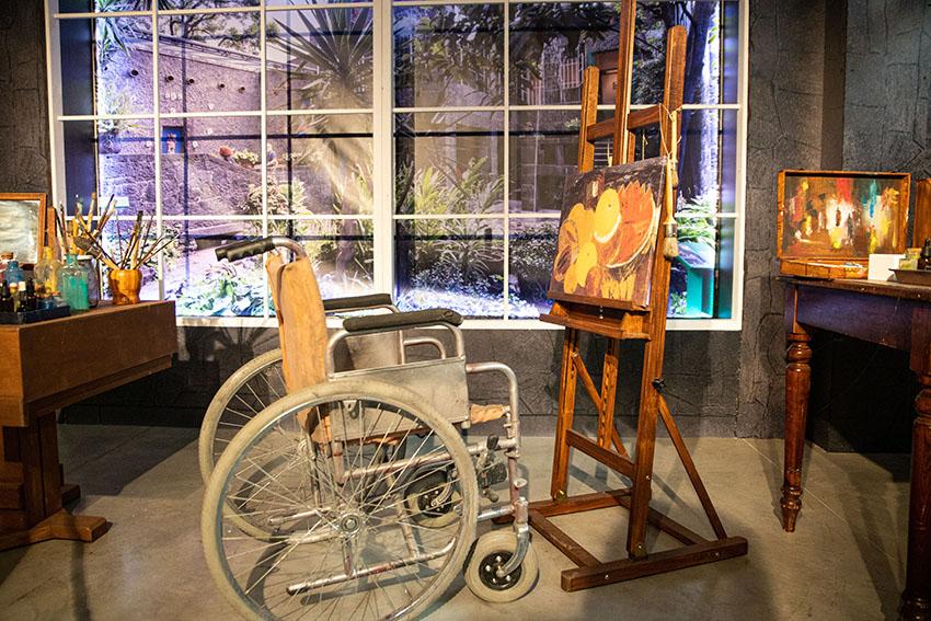 Particolare dello Studio di Frida sedia a rotelle, pennelli e cavalletto