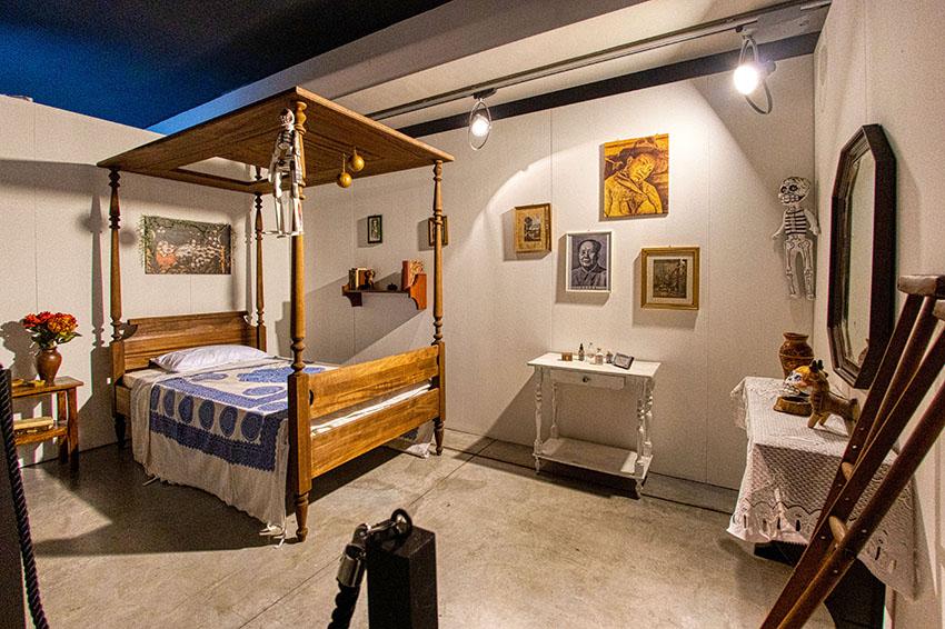 Camera da letto di Frida. (riproduzione fedele del letto a baldacchino in legno massello e specchio, con stampelle ed elementi di arredo)