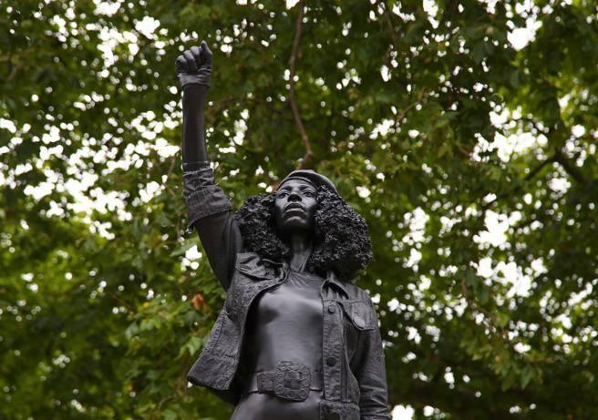 Statua in alabastro nero attivista con pugno alzato