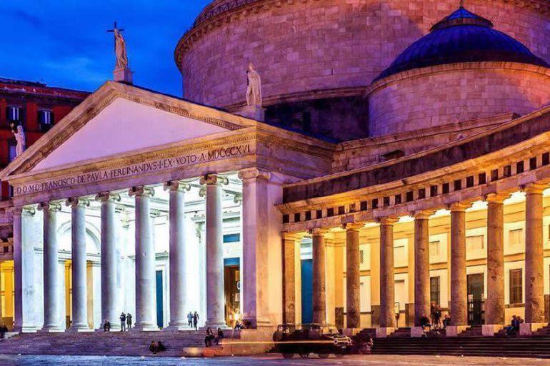 facciata piazza plebiscito di notte con luci proiettate