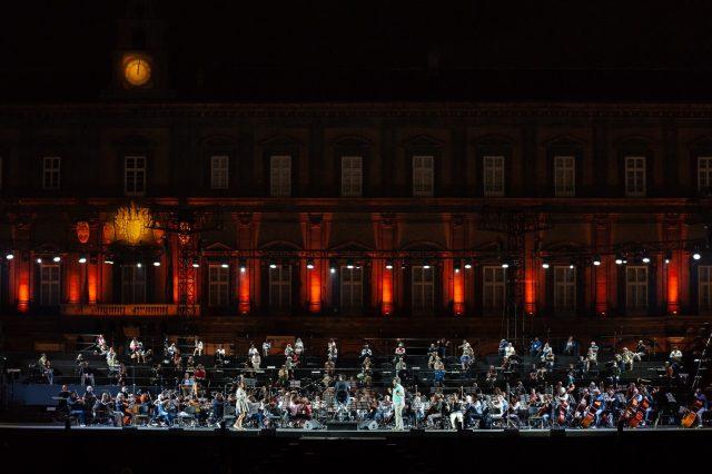 orchestra del San Carlo di Napoli mentre si esibisce
