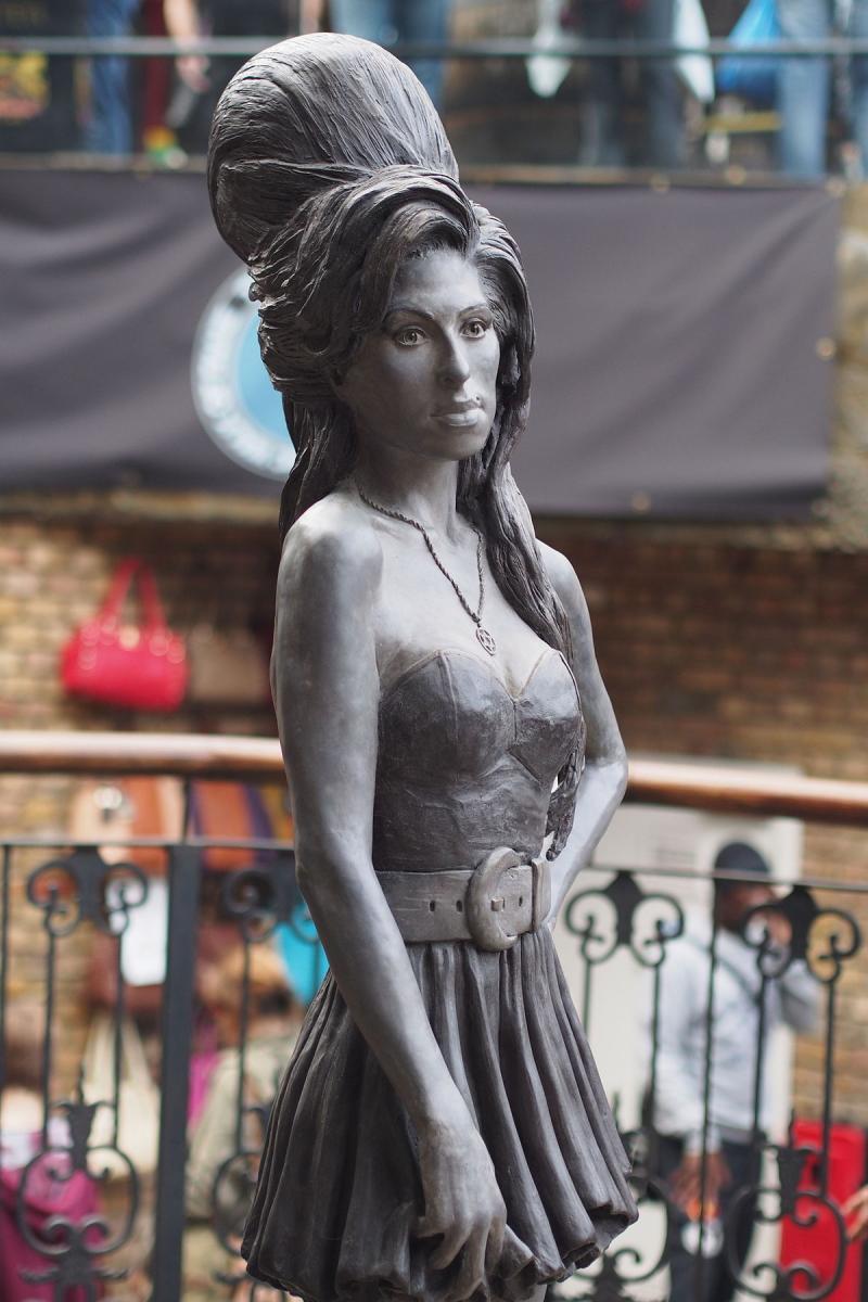 Amy Winehouse statua a Camden town, londra