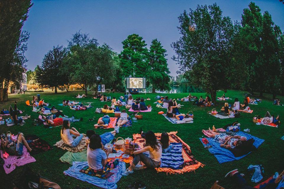 CineMobile Summer Tour 2020 parco con spettatori seduti a vedere un film
