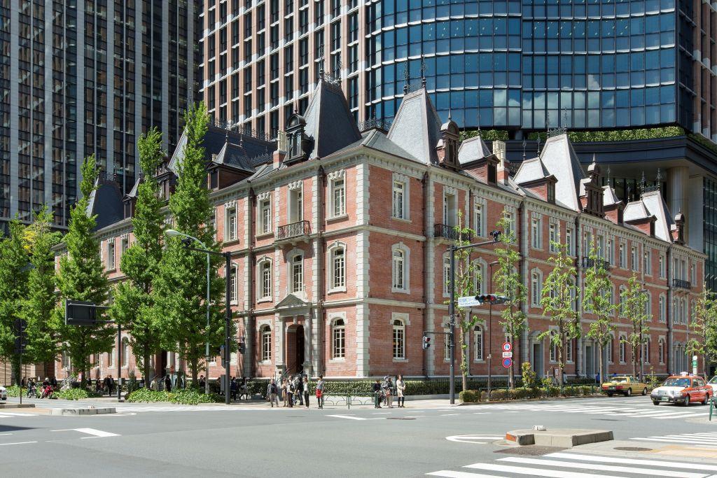 vista laterale dell'edificio Mitsubishi Ichigokan Museum a Tokyo