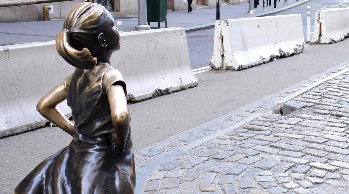 immagine di una statua in bronzo che rappresenta una bambina di spalle con la braccia sui fianchi