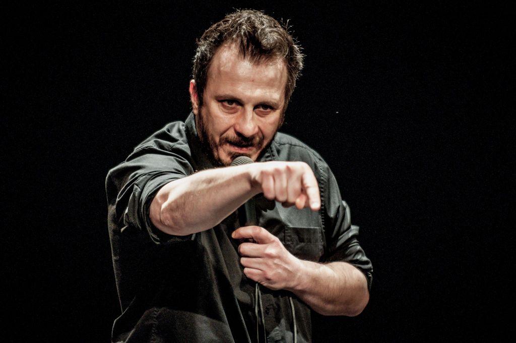 foto primo piano di Giorgio Montanini durante uno spettacolo