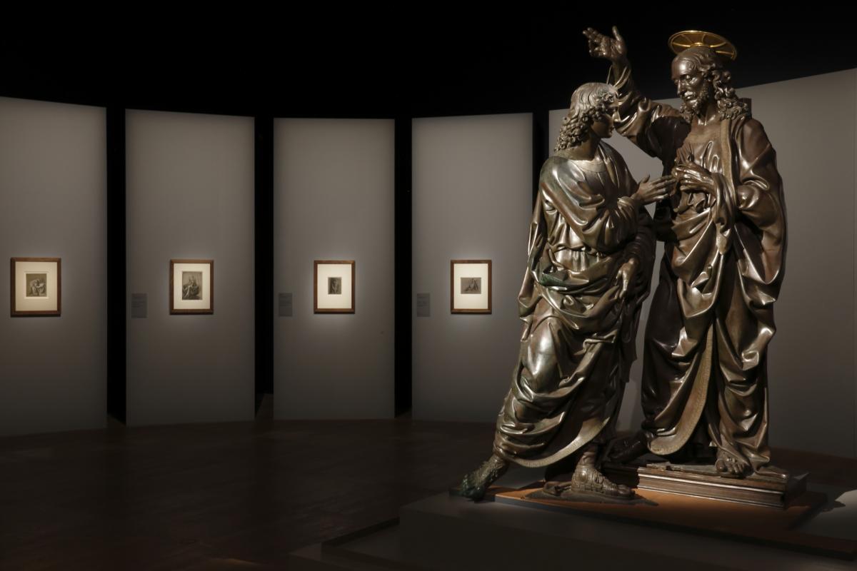Interno di una sala dedicata alle opere di Leonardo da Vinci a Louvre, sulla destra una sculturadel verrocchio