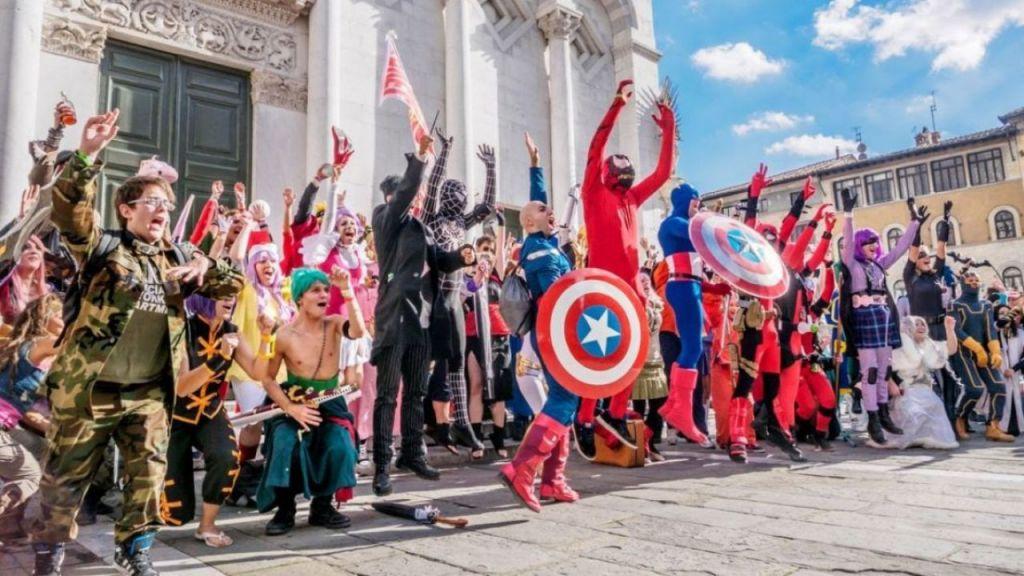 Lucca Comics & Games cosplay durante l'evento che esultano