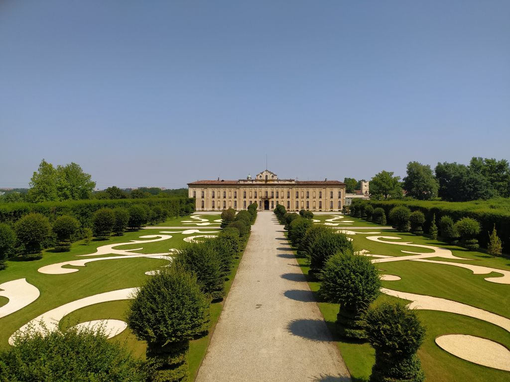 vista dall'alto del parterre di Villa Arconati con vialetto centrale e alberi di carpino in linea sui bordi