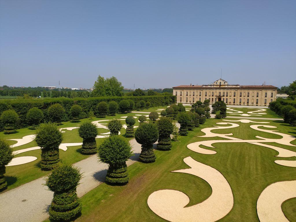 vista dall'alto del parterre con in fondo vista della facciata di Villa Arconati