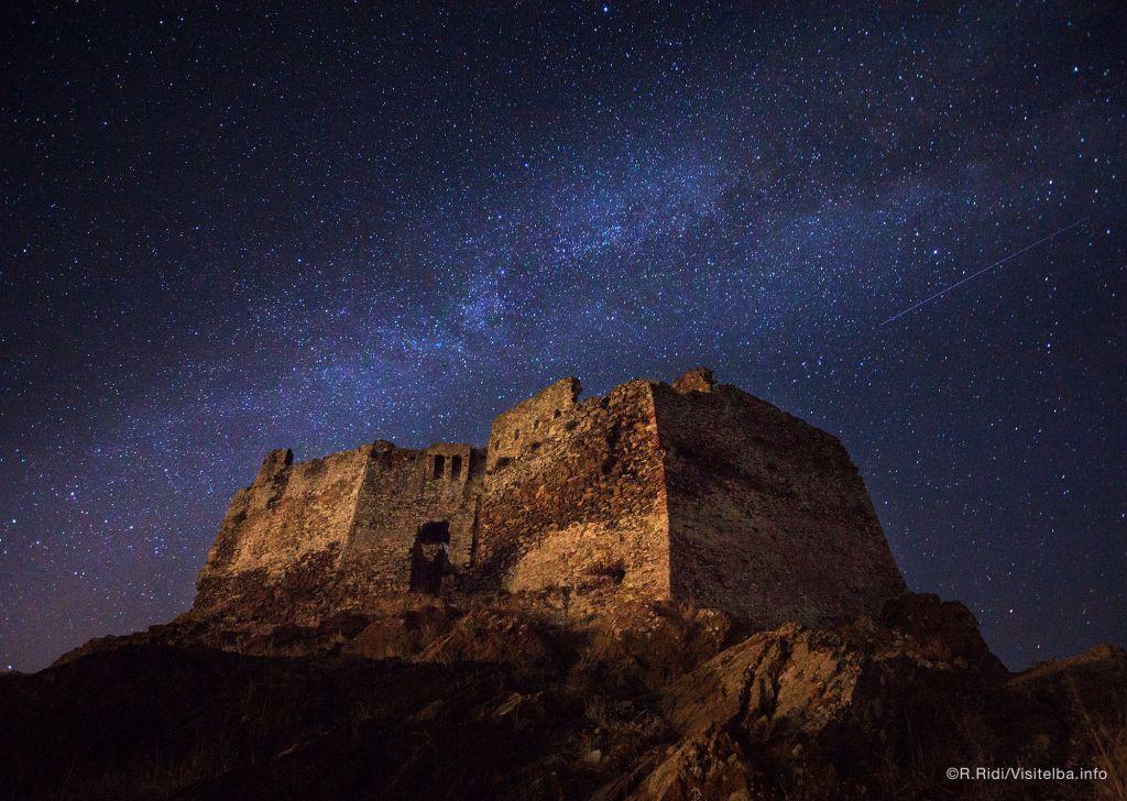 Volterraio una vista di notte con cielo stellato