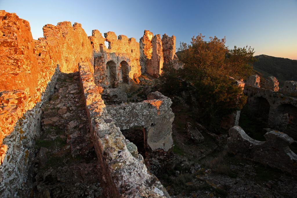 Il castello di Volterraio al tramonto