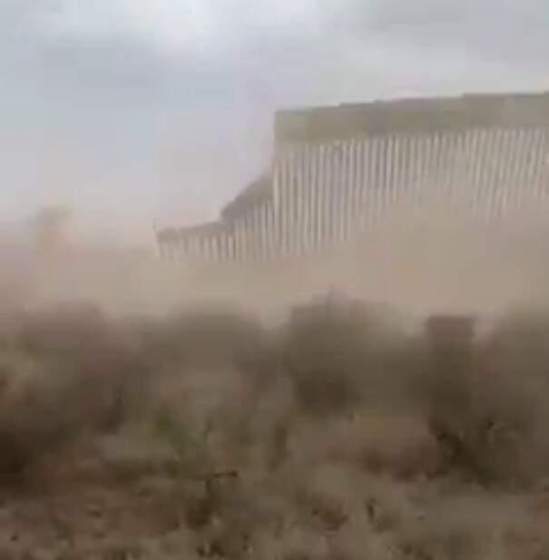 immagine del video del muro di Trump che viene abbattutto dall'uragano Hanna
