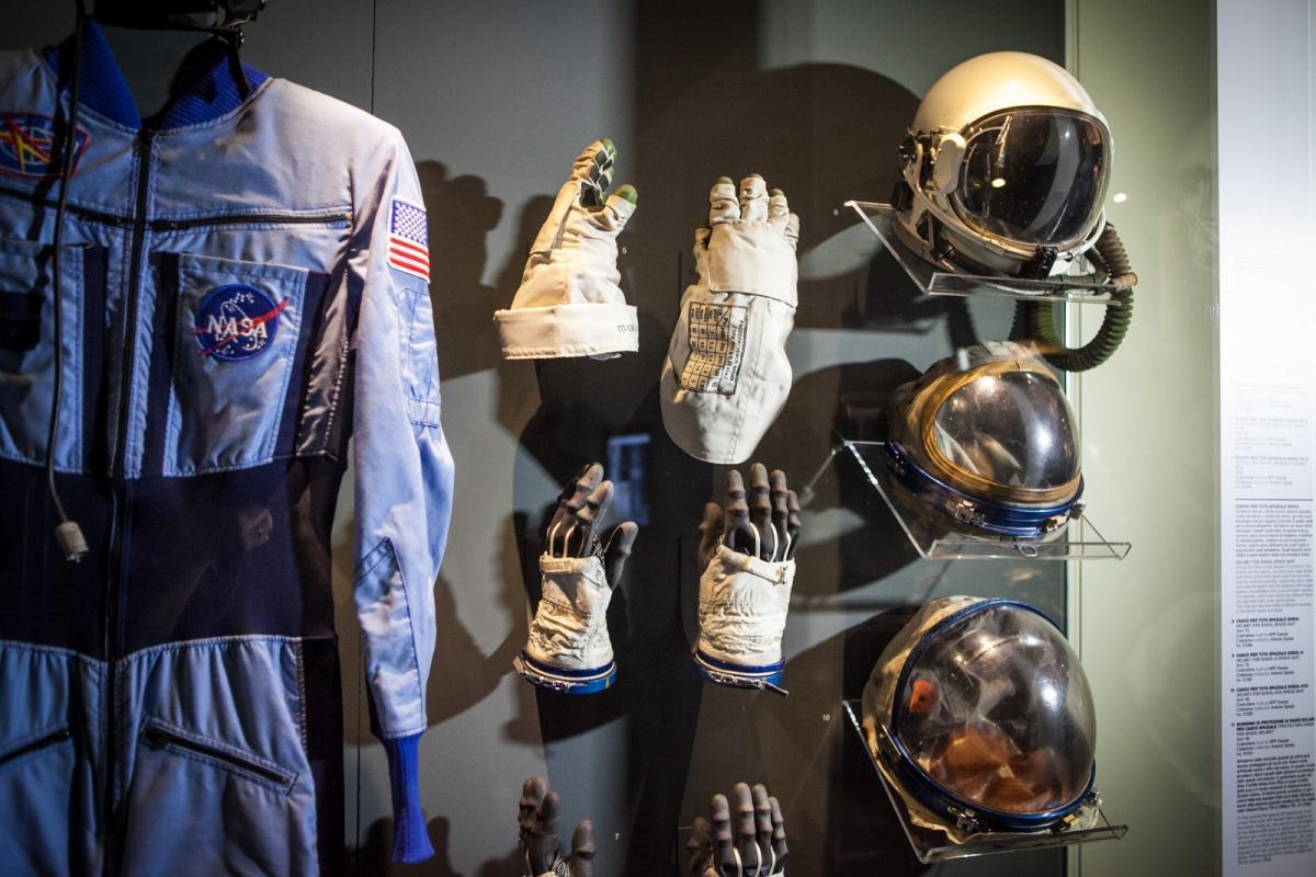Sezione Spazio e Astronomia, immagine di una tuta da astronauta con guanti e casco