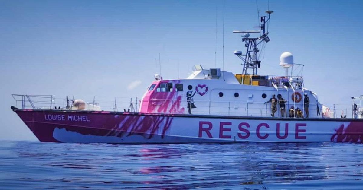 immagine laterale della barca Louise Michel con la scritta rescure sulla fincata