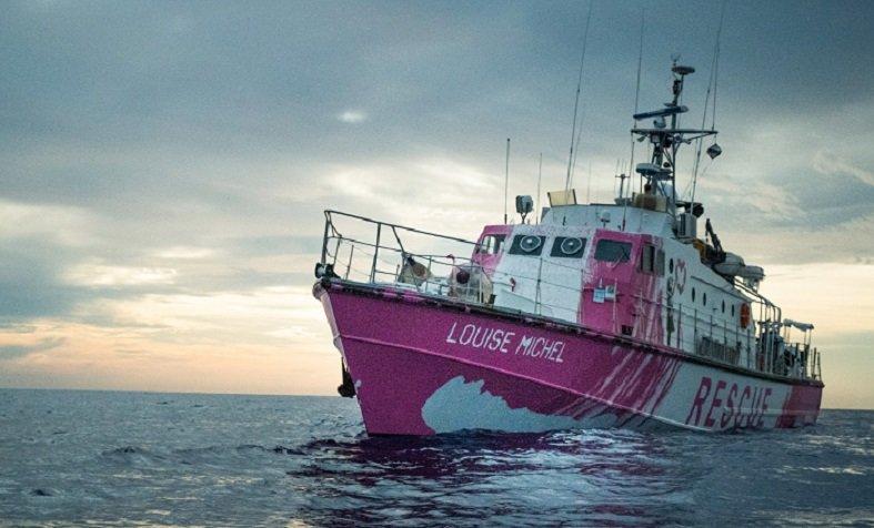 vista frontale della nave Louise Michel la ong di Banksy