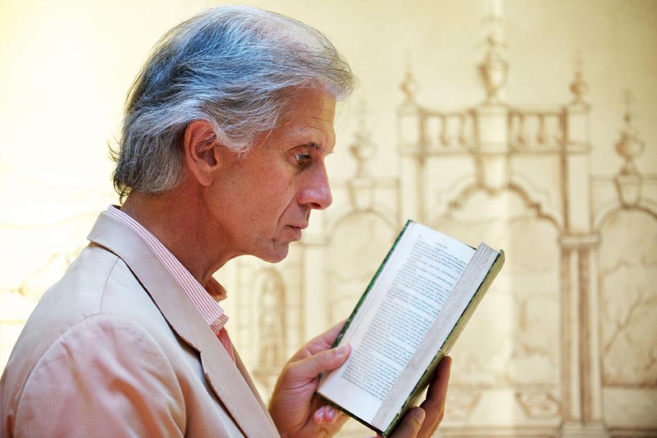 Immagine di profilo di Finazzer Flory mentre legge un libro
