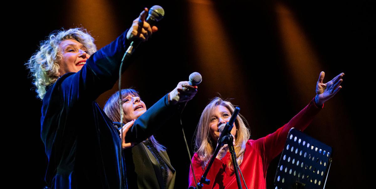 nella foto Rossana Casale, Grazia Di Michele e Mariella Nava che tengono in mano il microfono rivolto verso il pubblico
